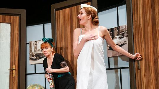 Denisa Nesvačilová se odhalí v nové divadelní komedii.