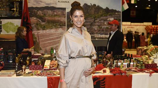 Zpěvačka Victoria se v 6. měsíci cítí výborně a chystá stěhování do Turecka.