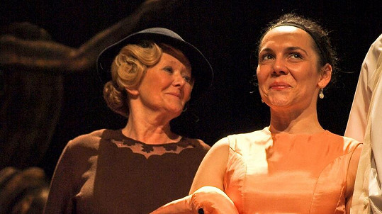 Kristina Maděričová (vpravo) zemřela. Na snímku s herečkou Zdenou Hadrbolcovou ve hře My, hrdinové.