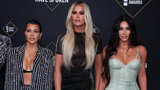 Slavné sestry Kardashianovy provokovaly svými dekolty.