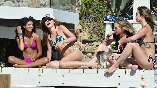 Bella Thorne (druhá zleva) si užívala s kamarádkami volný den.