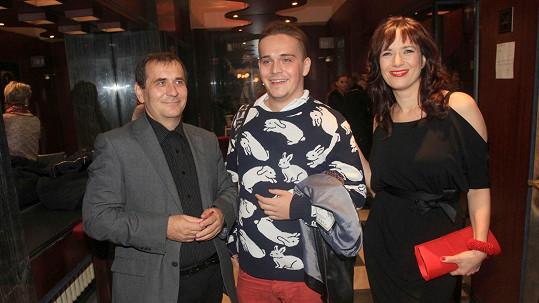 Petra Kracika na premiéře podpořil syn Viktor a manželka Tereza Kostková.
