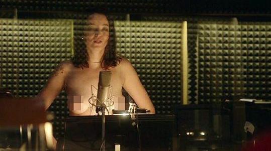 Berenika Kohoutová v seriálu Dabing Street ukázala prsa.