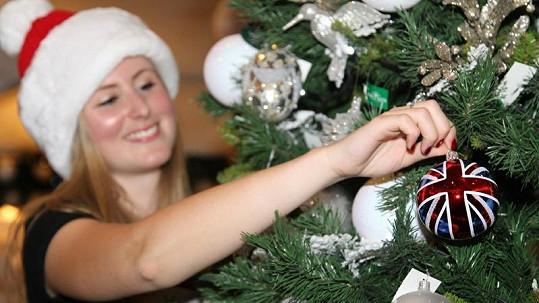 Londýnské obchodní domy už mají nazdobené vánoční stromky.