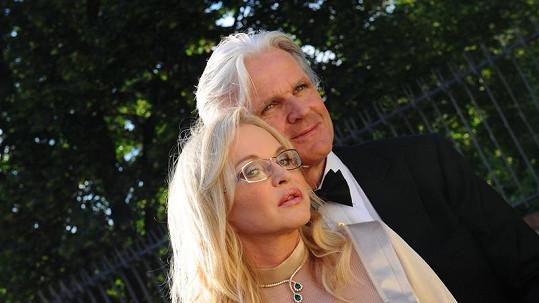 Novomanželé Whiteovi.