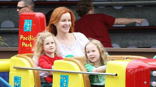 Herečka Marcia Cross a její čtyřletá dvojvaječná dvojčata.
