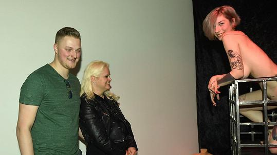 Monika Štiková a Petr Binias vyrazili na výstavu naháčů.
