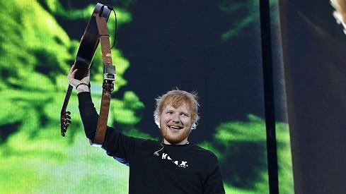 To je sekáč! Zpěvák Ed Sheeran zaplatí svým zaměstnancům plné platy i v době, kdy budezavřeno