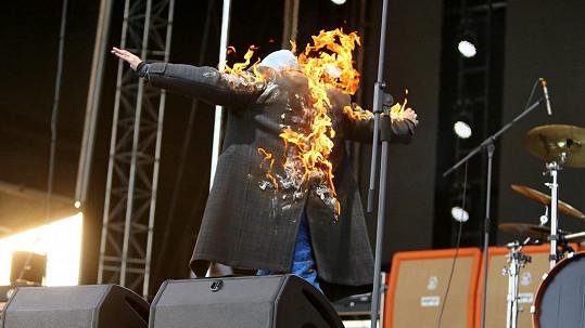 Zpěvák na pódiu hořel.