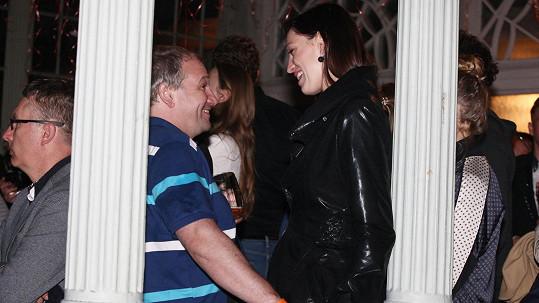 Marek Taclík vrkal s vysokou brunetou.