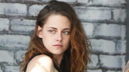 Kristen Stewart odcházela od přátel nenalíčená a moc jí to slušelo.