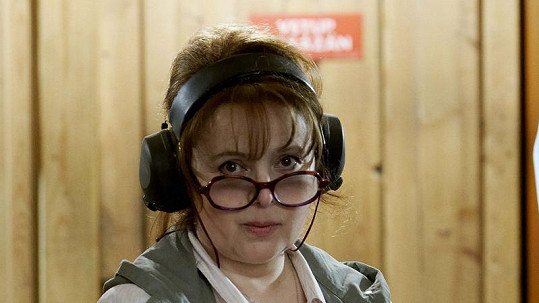 Libuše Šafránková vypadá se sluchátky na uších nezvykle.