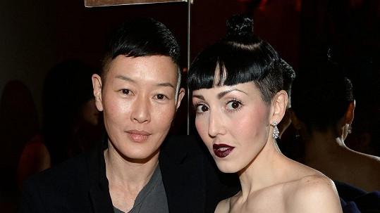 Modelka Jenny Shimizu (vlevo) s partnerkou Michelle Harper