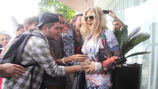 Fergie navštívila brazilskou favelu Cantagalo a tamní mladistvé.