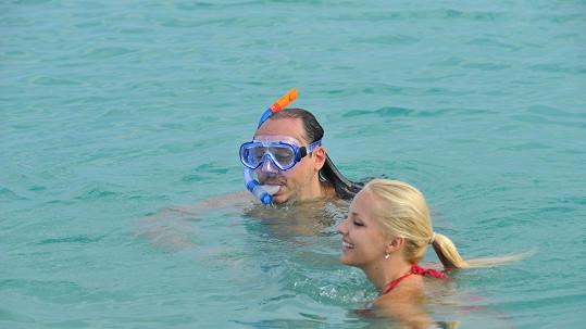 Český zpěvák šnorchloval ve vlnách Rudého moře.
