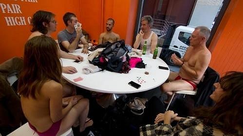 Skupina umělců kolem Zefreyho Throwella si střihla v galerii svlékacího pokera.