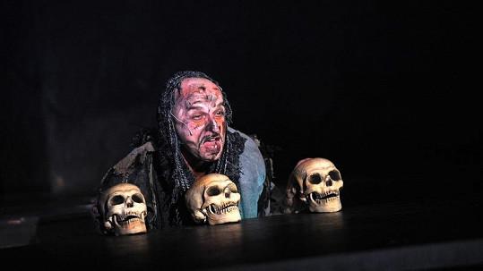 Tomáš Trapl v masce hrobníka.