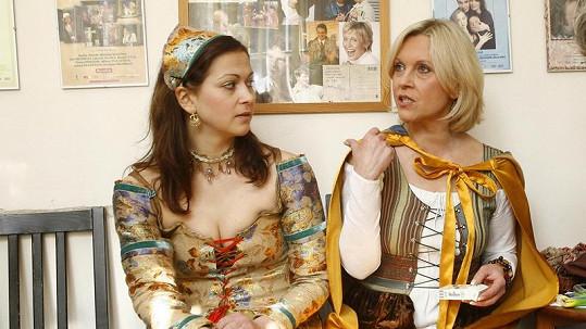 Kristýna (na snímku s maminkou Miluší Šplechtovou) má pořádný dekolt.