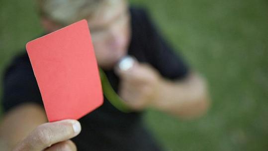 Fotbalista dostal červenou kartu za piercing v intimních partiích.