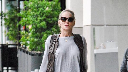Sharon Stone podprsenky nudí.
