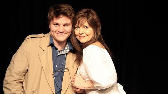 Jarmila Švehlová napsala divadelní hru Zrcadla. Hraje v ní i její syn Robert Hájek.