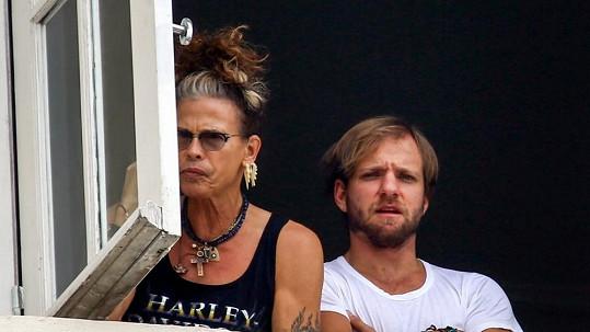 Steven Tyler s culíkem a náušnicemi připomínal ženu.