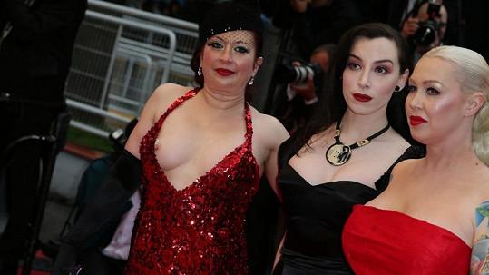 Tyhle dámy se v Cannes dostaly až mezi celebrity.