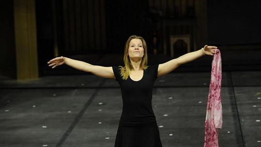 Na zkouškách Fantoma opery se krásky zahřejí jen pohybem.