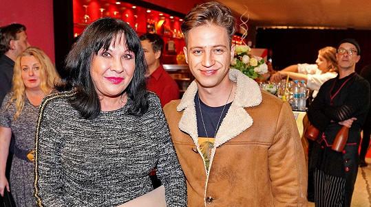 Patrasová se na premiéře muzikálu Doktor Ox přitiskla ke zpěvákovi Milanu Peroutkovi.