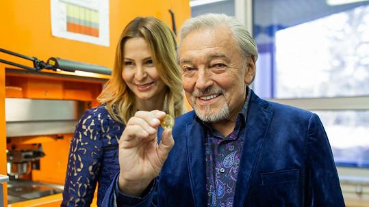 Karel Gott a Ivana Gottová na slavnostní ražbě pamětních mincí