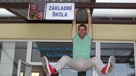 Lukáš Hejlík zavěšen na své základní škole.