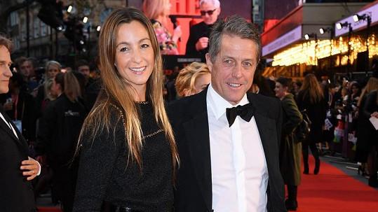 Hugh Grant na premiéře s manželkou Annou Eberstein.