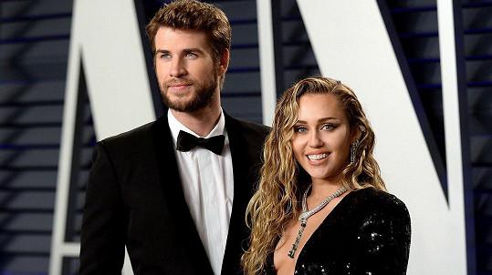 Miley Cyrus se blýskla na Vanity Fair Oscar Party 2019 v sexy róbě.