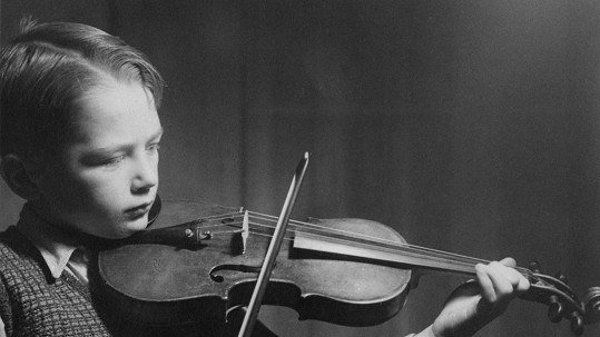 Jako malý kluk hrál talentovaný hudebník na housle, které brzy vyměnil za kytaru...