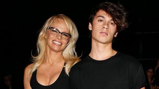 Dylan maminku doprovodil na přehlídku Alexandra Wanga.
