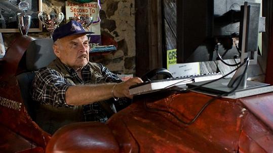 Luděk Munzar v roli Dědka, který rád jezdí v simulátoru Formule 1.