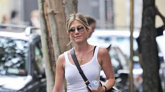 Jennifer Aniston ví, jak upoutat pozornost.