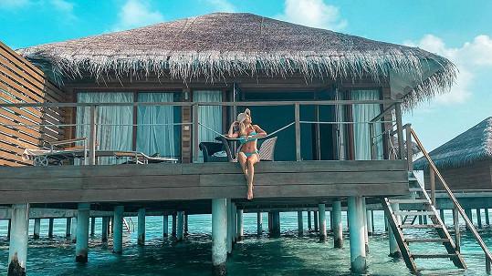 Eva Perkausová tráví karanténu na Maledivách v nadvodní vile.