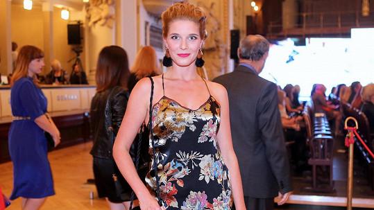 Třiatřicetiletá seriálová kráska v šatech inspirovaných negližé.