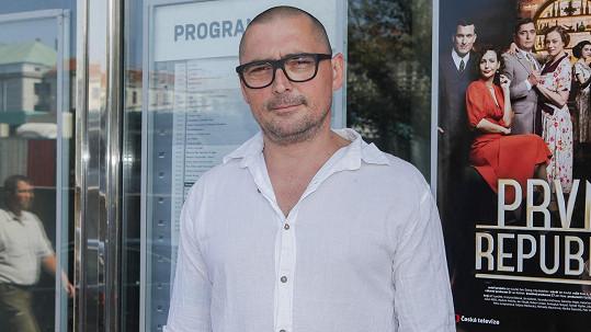 Jiří Vyorálek má vyholenou hlavu.