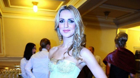 Gábina Gunčíková v nádherných zlatých šatech.