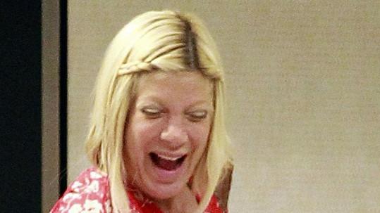 Tori Spelling bez make-upu.