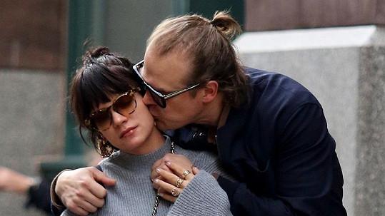 Lily Allen randí s hercem Davidem Harbourem.