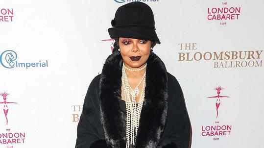 Janet Jackson vynesla model ve stylu Velkého Gatsbyho.