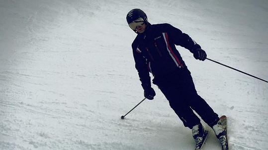 Partner Anife se zranil na lyžích.
