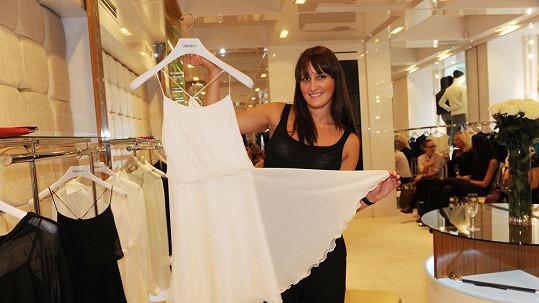 Dominika Sedláčková má půlročního syna a po nocích šije krásné šaty.