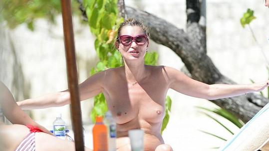Kate Moss se nijak neschovávala a klidně odhodila vršek od bikin.