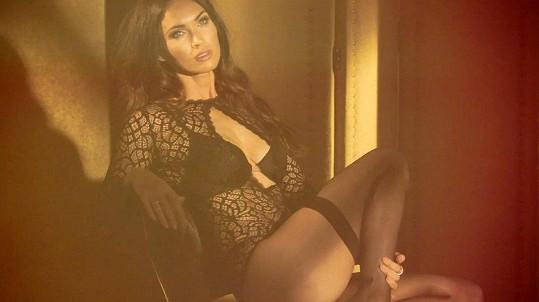 Megan Fox je v této reklamě na spodní prádlo prostě úchvatná.