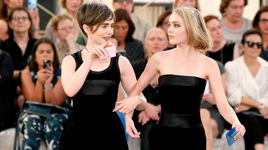 Módní show Chanel navštívily Lily Collins (vlevo) s Lily Rose Depp.