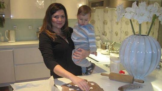 Ilona Csáková peče s malým Dominikem cukroví.